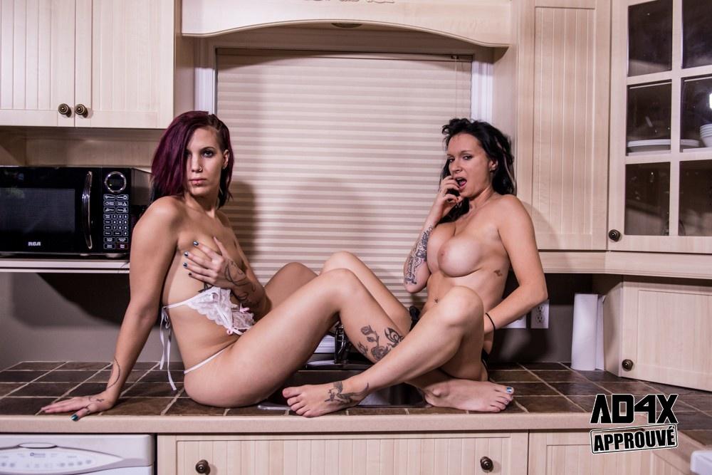 2 Chicks In The Kitchen 2K